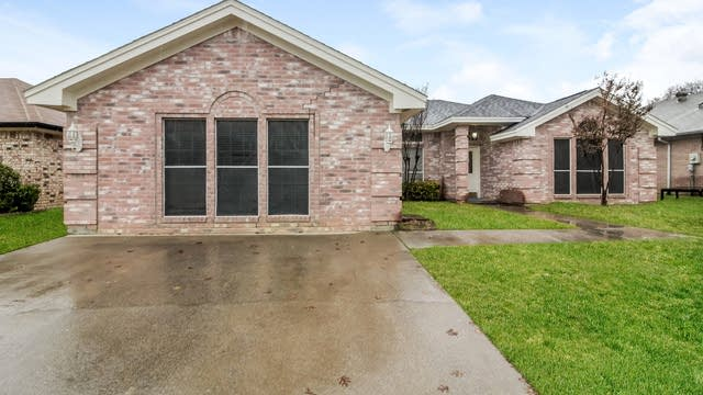 Photo 1 of 25 - 6301 Courtside Dr, Watauga, TX 76148