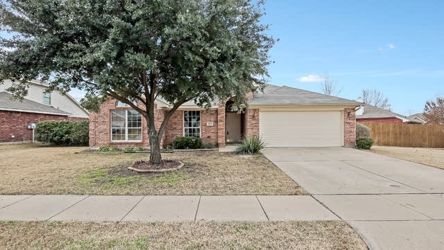 Photo 1 of 26 - 633 Cranbrook Dr, Fort Worth, TX 76131