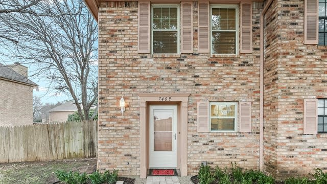 Photo 1 of 27 - 7409 Kingswood Cir, Fort Worth, TX 76133