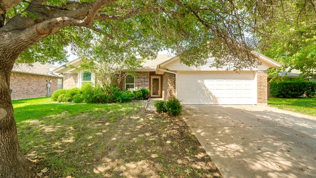Photo 1 of 24 - 6913 Egan Way, Fort Worth, TX 76137