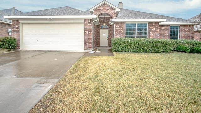 Photo 1 of 25 - 921 Chestnut Ln, Saginaw, TX 76179