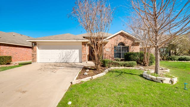 Photo 1 of 27 - 10436 Evening View Dr, Fort Worth, TX 76131