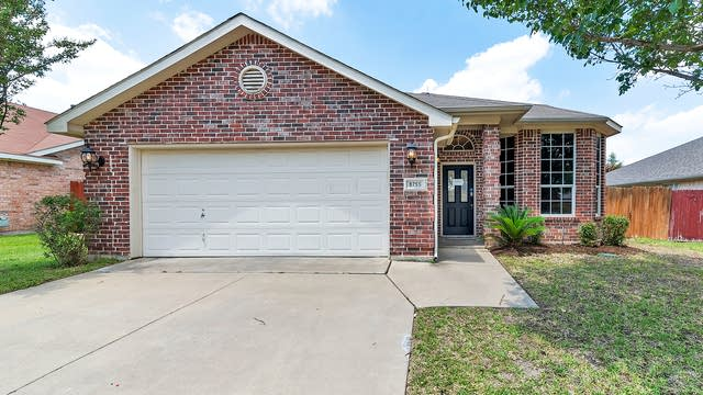 Photo 1 of 28 - 8755 Saranac Trl, Fort Worth, TX 76118