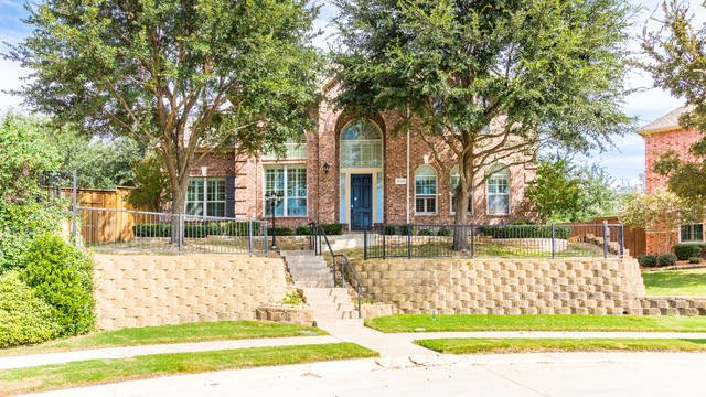 Photo 1 of 37 - 9012 Woodway Dr, Irving, TX 75063