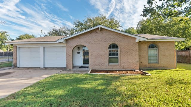Photo 1 of 22 - 622 NW Ann Lois Ln, Burleson, TX 76028