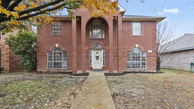 Photo 1 of 29 - 6905 Indiana Ave, Fort Worth, TX 76137