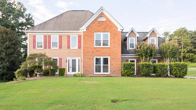 Photo 1 of 28 - 2950 Hunters Pond Ct, Snellville, GA 30078