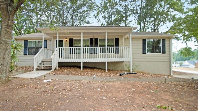 Photo 1 of 17 - 4105 Springoak Ln, Powder Springs, GA 30127