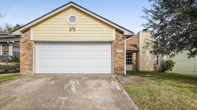 Photo 1 of 25 - 10020 Lone Eagle Dr, Fort Worth, TX 76108
