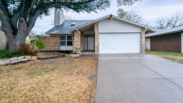 Photo 1 of 21 - 325 E Springdale Ln, Grand Prairie, TX 75052