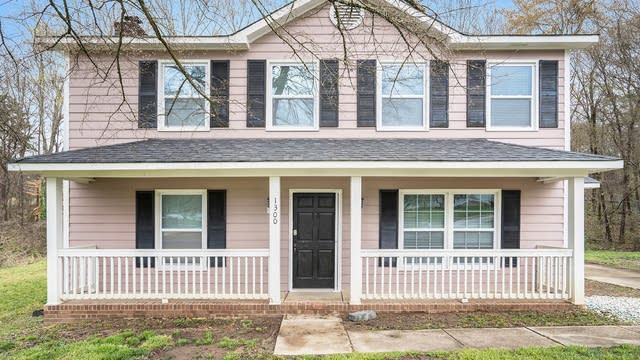 Photo 1 of 18 - 1300 Rock Knoll Dr, Charlotte, NC 28214