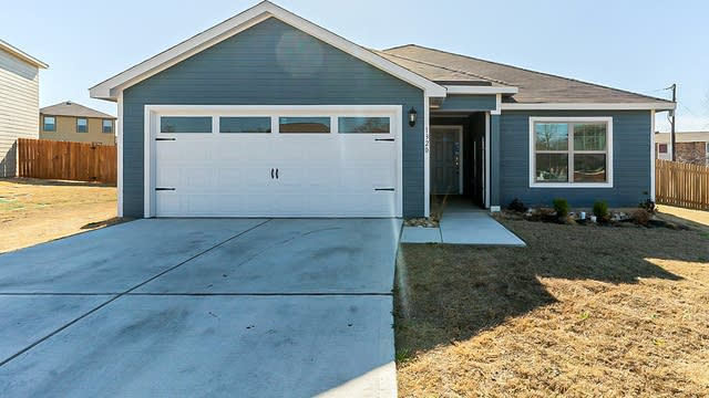 Photo 1 of 23 - 1320 Eagle Lake Dr, Azle, TX 76020