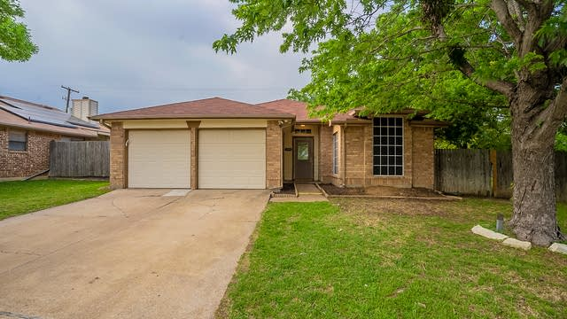 Photo 1 of 25 - 1001 Silver Spruce Dr, Arlington, TX 76001