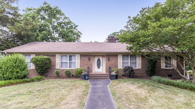 Photo 1 of 21 - 1231 Redcoat Dr, Charlotte, NC 28211